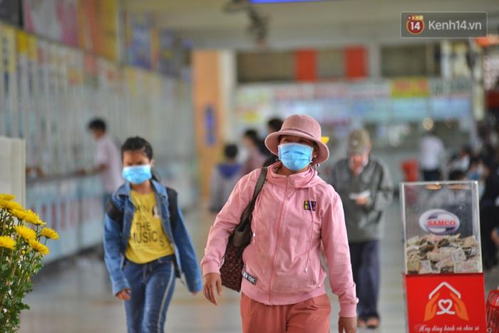 Sợ dịch bệnh do virus Corona, người dân đến sân bay Tân Sơn Nhất, bến xe đều đeo khẩu trang kín mít - Ảnh 3.