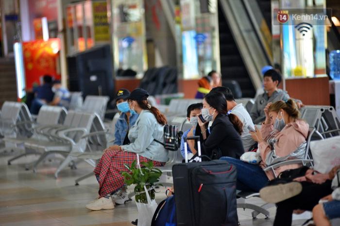 Sợ dịch bệnh do virus Corona, người dân đến sân bay Tân Sơn Nhất, bến xe đều đeo khẩu trang kín mít - Ảnh 12.