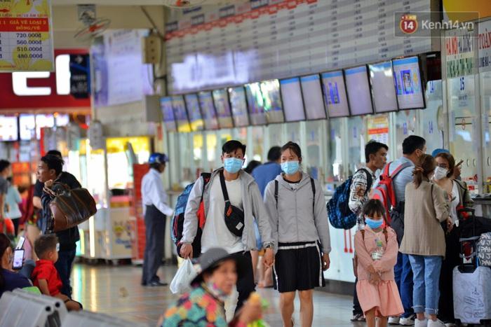 Sợ dịch bệnh do virus Corona, người dân đến sân bay Tân Sơn Nhất, bến xe đều đeo khẩu trang kín mít - Ảnh 5.
