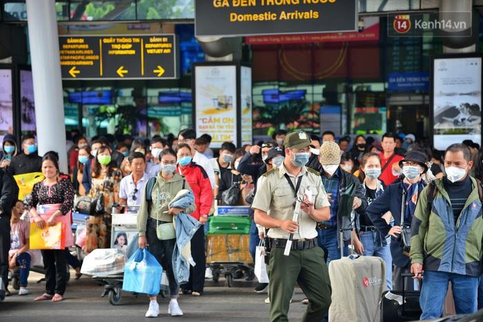Sợ dịch bệnh do virus Corona, người dân đến sân bay Tân Sơn Nhất, bến xe đều đeo khẩu trang kín mít - Ảnh 8.