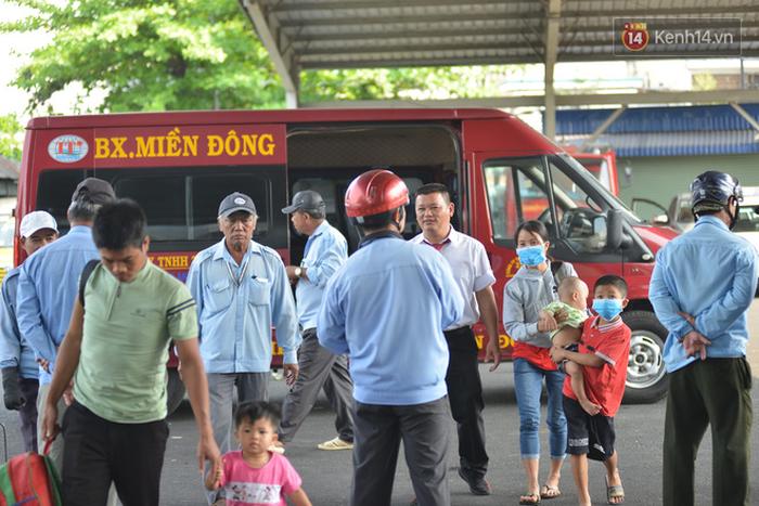 Sợ dịch bệnh do virus Corona, người dân đến sân bay Tân Sơn Nhất, bến xe đều đeo khẩu trang kín mít - Ảnh 6.