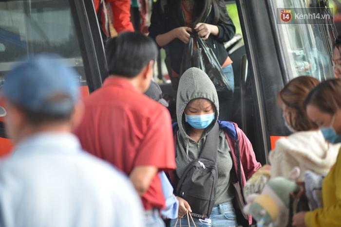 Sợ dịch bệnh do virus Corona, người dân đến sân bay Tân Sơn Nhất, bến xe đều đeo khẩu trang kín mít - Ảnh 7.