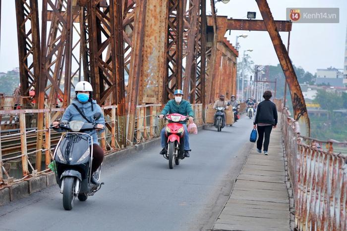 Ảnh: Số phận hoen gỉ của những 'tình yêu khoá chặt' trên cầu Long Biên trong ngày Valentine