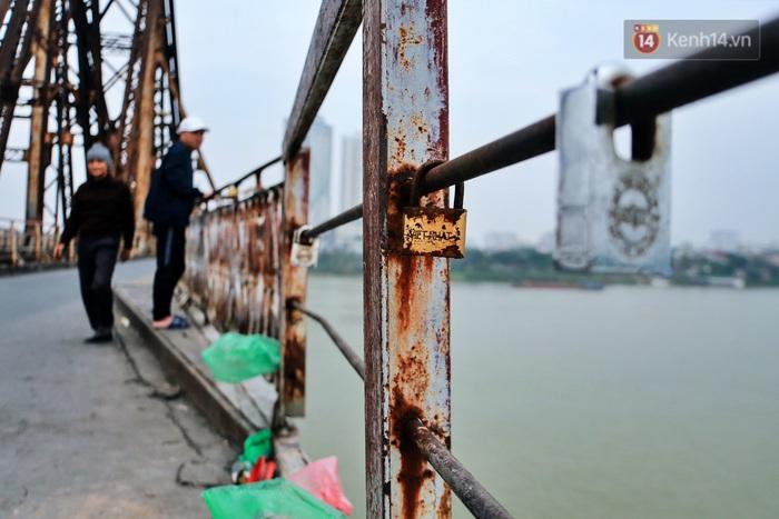 """Ảnh: Số phận hoen gỉ của những """"tình yêu khoá chặt"""" trên cầu Long Biên trong ngày Valentine - Ảnh 3."""