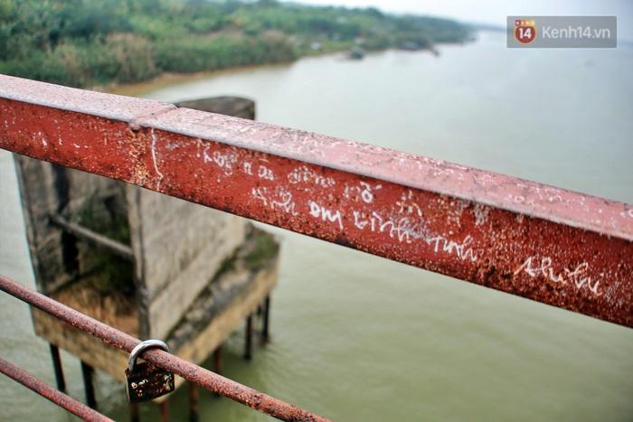 """Ảnh: Số phận hoen gỉ của những """"tình yêu khoá chặt"""" trên cầu Long Biên trong ngày Valentine - Ảnh 4."""