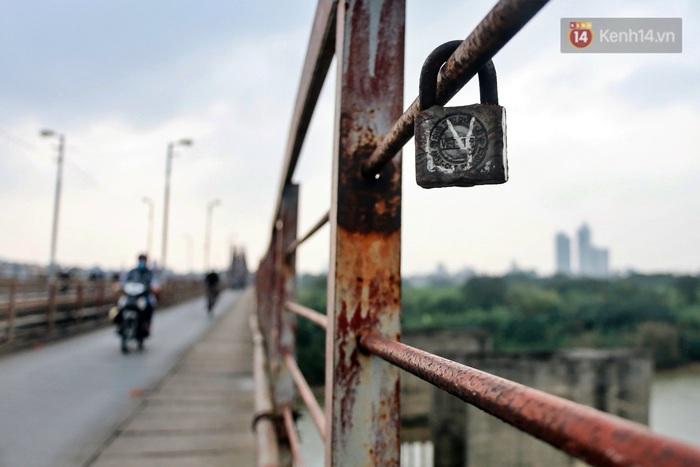 """Ảnh: Số phận hoen gỉ của những """"tình yêu khoá chặt"""" trên cầu Long Biên trong ngày Valentine - Ảnh 5."""