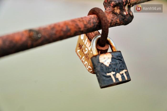 """Ảnh: Số phận hoen gỉ của những """"tình yêu khoá chặt"""" trên cầu Long Biên trong ngày Valentine - Ảnh 6."""