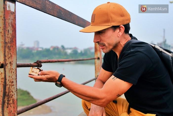 """Ảnh: Số phận hoen gỉ của những """"tình yêu khoá chặt"""" trên cầu Long Biên trong ngày Valentine - Ảnh 7."""