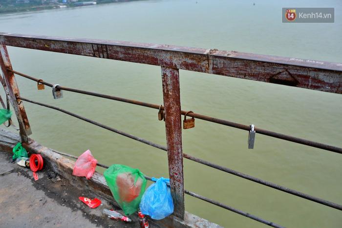 """Ảnh: Số phận hoen gỉ của những """"tình yêu khoá chặt"""" trên cầu Long Biên trong ngày Valentine - Ảnh 8."""