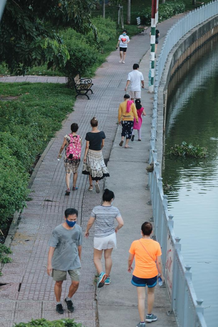 Ảnh: Đường phố Sài Gòn đông đúc trong buổi chiều cuối cùng thực hiện giãn cách xã hội - Ảnh 13.