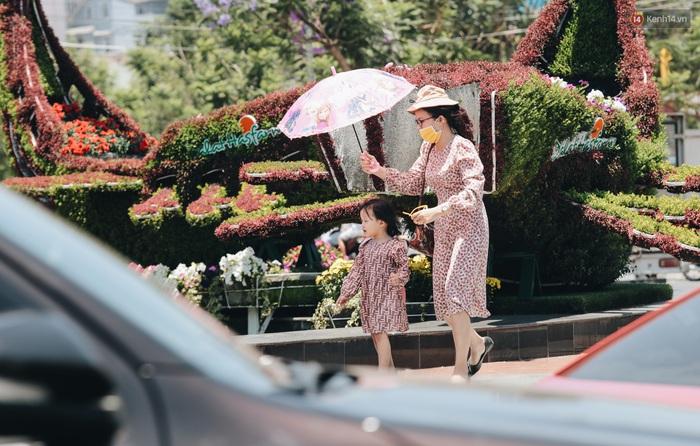 Đà Lạt nắng kinh hoàng, khách du lịch nhăn mặt và trùm kín từ đầu đến chân mỗi khi ra đường - Ảnh 8.