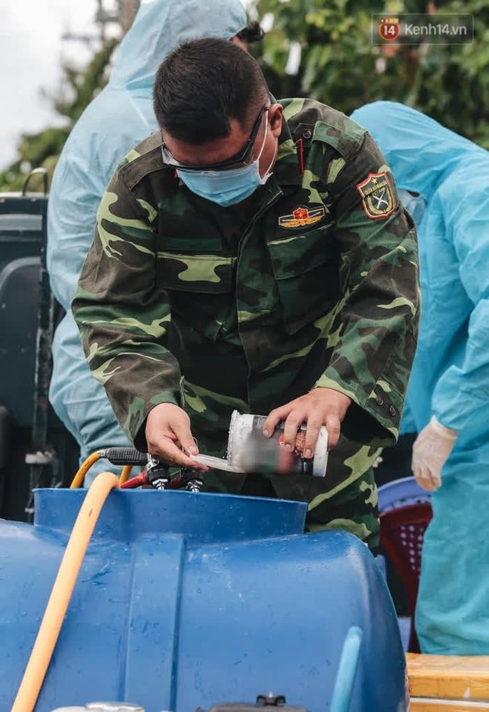 Ảnh: Quân đội phun hoá chất khử khuẩn ở TP. Thủ Đức sau khi có nhiều trường hợp liên quan đến Covid-19 - Ảnh 2.
