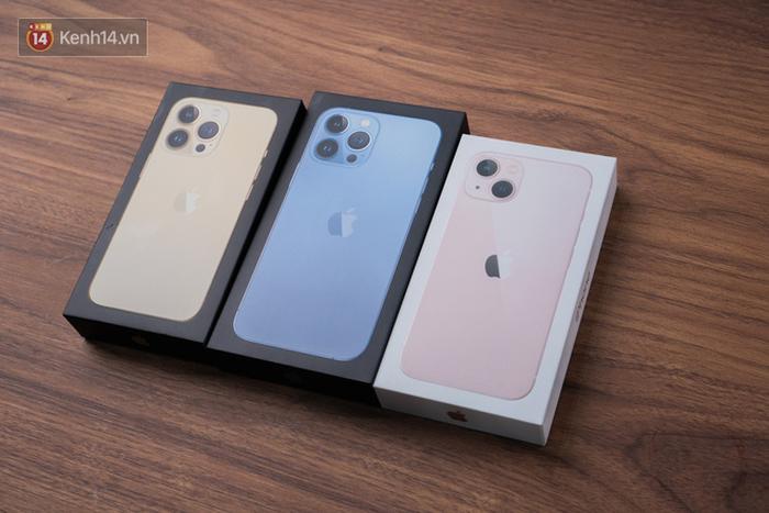 Nóng: Cận cảnh những chiếc iPhone 13 đầu tiên về Việt Nam - Ảnh 1.