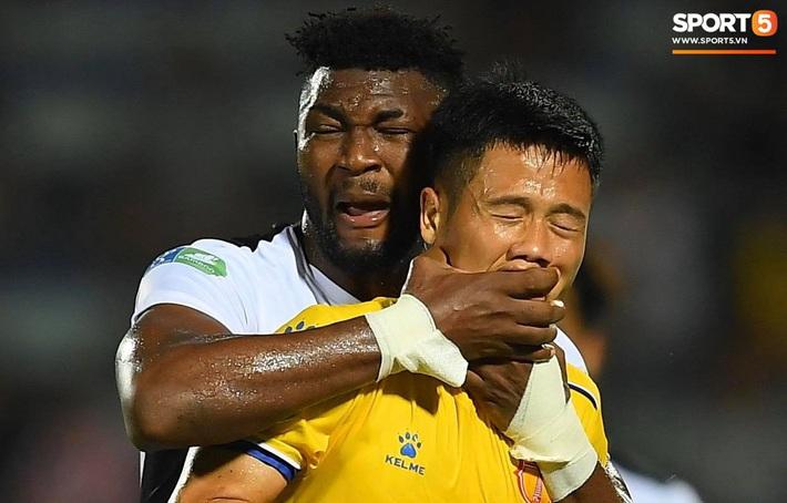 Cầu thủ HAGL ức chế, bóp cổ đối phương trong trận thua Nam Định - Ảnh 3.
