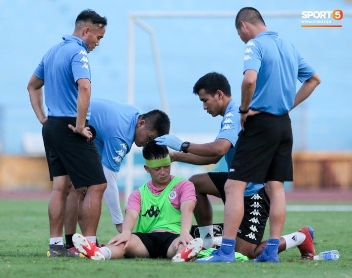 Hai đồng đội của Quang Hải va chạm đổ máu, Hà Nội FC phải kết thúc sớm buổi tập - Ảnh 2.