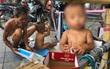 Xót cảnh em bé 18 tháng tuổi trần truồng trong thùng xốp, theo ông lang thang ngoài đường dưới cái nắng nóng gay gắt của Hà Nội