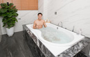 Bỏng mắt với thân hình 6 múi của đội trưởng Quế Ngọc Hải khi ngâm mình trong bồn tắm
