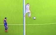 Messi lười nhác đến mức không thể tin nổi: Thản nhiên đi bộ, mặc kệ đối thủ lừa bóng qua mặt
