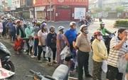Một thanh niên bỏ tiền túi mua 17 tấn dưa rồi phát miễn phí, người dân Sài Gòn vui mừng cầm túi nylon đến nhận