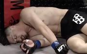 Tung đòn lên gối tàn bạo khiến đối thủ bất tỉnh, võ sĩ đang ăn mừng xúc động bỗng ngã ngửa khi biết bản thân mới là người thua cuộc