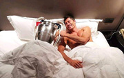 """Không sợ vợ, """"sát thủ"""" Lewandowski hớn hở chụp ảnh với cúp Champions League trên giường ngủ"""