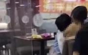 Đang ngồi trong canteen, nữ sinh bỗng cởi phăng áo cho bạn trai vùi mặt vào ngực, dân mạng phẫn nộ: Không khác gì đang xem phim người lớn!
