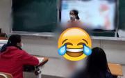 Cô giáo đứng giữa lớp giảng bài, nhưng ai nấy đều chỉ nhìn chằm chằm vào bộ quần áo cô đang mặc