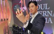 """Netizen soi ra Cha Eun Woo vừa đổi iPhone 13 mới, nhưng lại cực kì """"chung tình"""" với một mẫu ốp đặc biệt"""