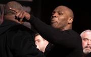 """Câu chuyện đằng sau giây phút Mike Tyson bỗng """"hóa điên"""", cắn tím đùi nhà vô địch thế giới"""