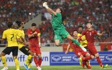 """Đặng Văn Lâm được fan khen là """"đỉnh của đỉnh"""" sau những pha bay người đấm bóng như siêu nhân"""