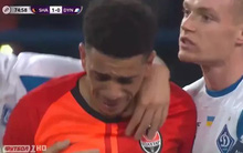 Cầu thủ uất ức đến mức bật khóc, sút bóng lên khán đài khi bị CĐV phân biệt chủng tộc nhưng hành động của trọng tài mới đáng bàn nhất