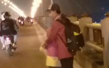 """Sự thật về người phụ nữ suốt nhiều năm """"dắt con đi nhờ xe"""" trên cầu Thanh Trì: Đứa bé đã lớn nhưng vẫn ngày ngày lang thang cùng mẹ, không được đến trường"""