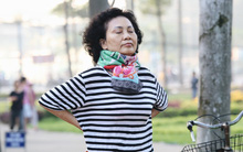 Chùm ảnh: Sài Gòn bất chợt se lạnh như trời Đà Lạt, người dân thích thú mặc áo ấm và choàng khăn ra đường