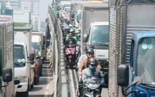 Chùm ảnh: Cửa ngõ sân bay Tân Sơn Nhất liên tục kẹt xe bất thường, ô tô dàn 2 hàng ép xe máy trên cầu vượt