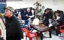 Đi đòi nợ thuê, nhóm người bặm trợn mang cơm ra ăn, ngồi lì trong nhà dân ngày Tết