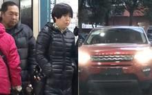 Sự thật về loạt ảnh bố mẹ Phùng Thiệu Phong lái xe sang tới bệnh viện thăm con dâu Triệu Lệ Dĩnh và quý tử