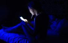 Cô gái trẻ bị xuất huyết võng mạc, mù 1 bên mắt vì thói quen sử dụng điện thoại tai hại mà nhiều người vẫn coi thường