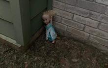 """Không thể """"Let it go"""": Búp bê ma ám Elsa bị quẳng đi nhiều lần nhưng vẫn tìm đường quay về """"ám quẻ"""" người sống, hót tiếng Tây điếc cả tai"""