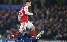 """Nam thần Kante bất ngờ tái hiện cú trượt chân """"đá bay cúp vô địch Ngoại hạng Anh"""", Chelsea đánh rơi chiến thắng trước Arsenal dù sở hữu lợi thế cực lớn"""