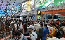 """Sân bay Tân Sơn Nhất """"vỡ trận"""", hàng nghìn người """"rồng rắn"""" xếp hàng dài, nằm ngồi vạ vật chờ giờ check in về quê đón Tết"""