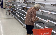 Bà cụ rơi nước mắt trước gian hàng trống không ở siêu thị sau đợt mua sắm và tích trữ của người dân trong dịch Covid-19