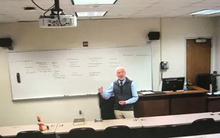 Giảng viên 74 tuổi lên lớp mùa dịch, đặt búp bê ở hàng ghế đầu vì không thoải mái khi giảng trong một phòng trống