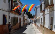 Bị cấm treo cờ LGBT trước tòa thị chính, người dân một ngôi làng quyết định phủ ngập sắc cờ cầu vồng khắp mọi ngóc ngách