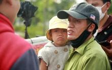 Gặp người cha gầy gò, ôm con nhỏ lang thang bán bọc chân chống xe máy gây xôn xao giữa phố Hà Nội