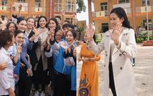 Đỗ Thị Hà giản dị vẫn nổi bần bật giữa 2 Á hậu, hình ảnh fan nhí vây quanh đông như đón idol Kpop gây chú ý