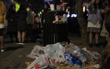 Rác thải tràn ngập đường phố Hà Nội và TP.HCM sau màn pháo hoa chào năm mới 2021