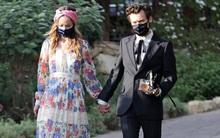 HOT: Harry Styles công khai hẹn hò với nữ diễn viên hơn 10 tuổi ở đám cưới bạn, hoá ra là vợ cũ của Hoàng tử Ý