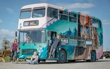 4 cô gái trẻ mua xe buýt rẻ tiền rồi biến thành mobihome sang chảnh, đem cho thuê kiếm gần nghìn đô mỗi tuần