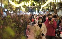 Chùm ảnh: Người dân Hà Nội đeo khẩu trang đi mua sắm chiều 29 Tết, đường phố nhộn nhịp hơn hẳn mọi khi