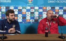 """Chỉ bằng một hành động đơn giản, HLV tuyển Nga """"chặt đẹp"""" màn tẩy chay nước ngọt của Ronaldo"""